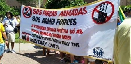 15mar2015---grupo-pede-intervencao-militar-em-faixa-escrita-em-portugues-e-ingles-durante-protesto-contra-governo-federal-em-maceio-al-neste-domingo-15-1426424900794_615x300
